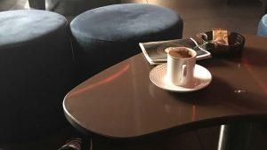 Almanya Yuvarlak Puf Ozel Cizim Cafe Masasi