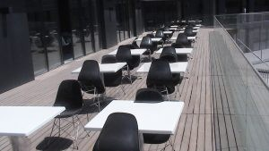 Beyaz Tablali Kare Masa Siyah Plastik Sandalye